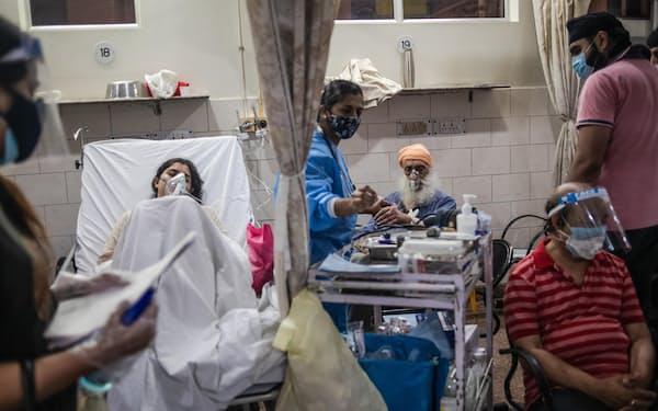 インドは新型コロナまん延で医療崩壊の状態にある(6日、ニューデリー)=ゲッティ・共同