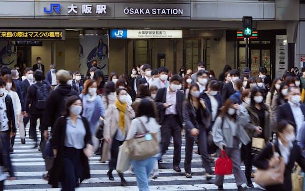 マスク姿で通勤する人たち(6日、大阪市北区)