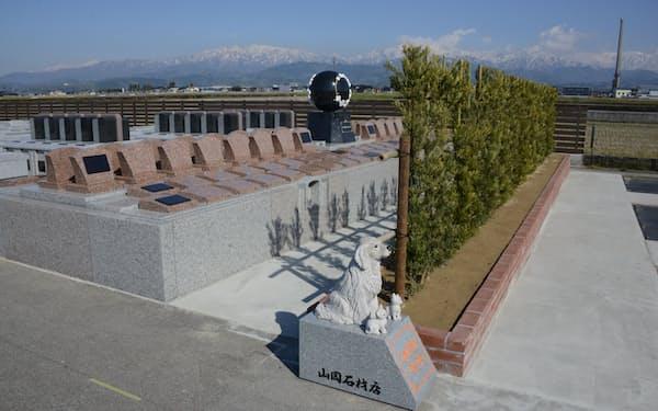 山岡石材が設けた霊園(富山県滑川市)。海辺に近い墓地からは、美しい立山連峰も見える