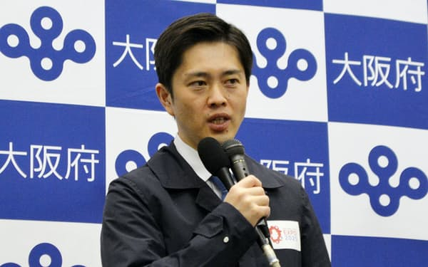 対策本部会議終了後に記者団の取材に応じる吉村知事(7日、大阪府庁)