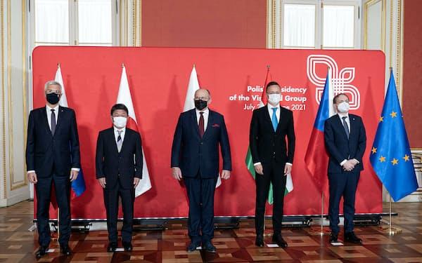 東欧4カ国の外相と茂木外相(外務省提供)