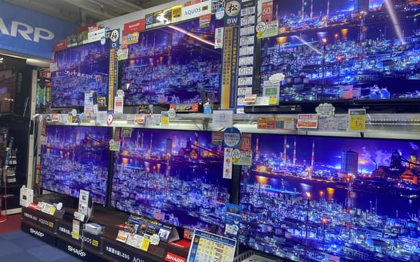 液晶テレビの販売が伸び、パネル需要を後押しする(都内の家電量販店)