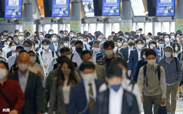 東京・品川駅を利用する通勤客ら(7日)=共同