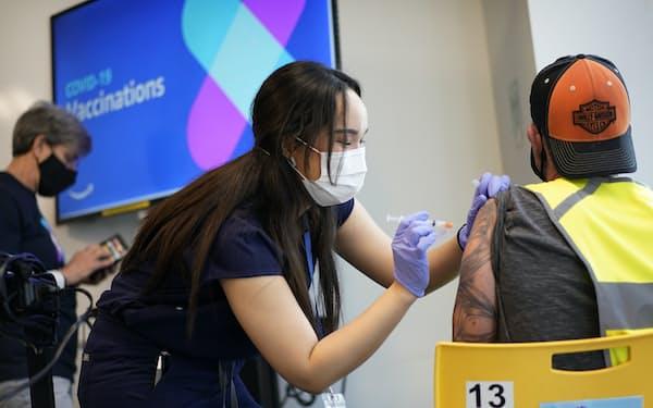米アマゾン・ドット・コムは事業所内に従業員向けのワクチン接種会場を設けた=AP