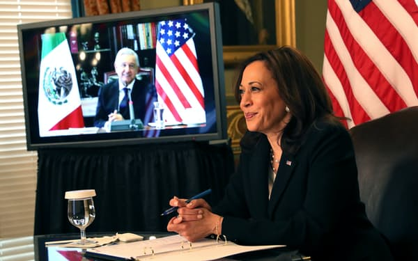 ハリス米副大統領とメキシコのロペスオブラドール大統領はビデオ会談で移民問題を協議した=ロイター
