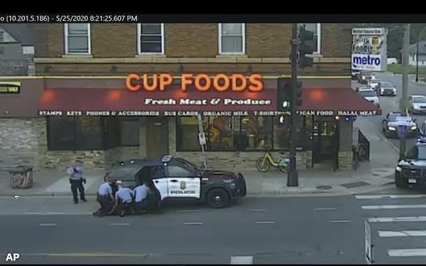 ミネソタ州の連邦大陪審はフロイドさん暴行死で現場にいた元警官4人を起訴した(事件当時の監視カメラの映像)=AP
