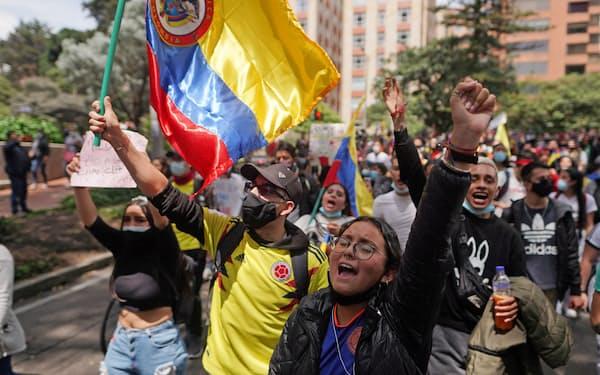 コロンビアでは大規模デモが続いている(6日、ボゴタ)=ロイター