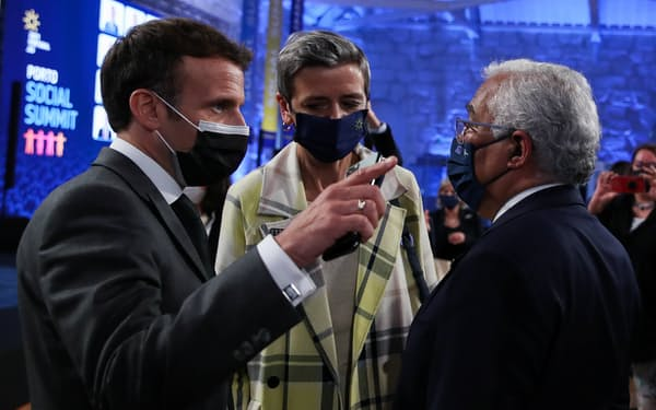 EU首脳会議出席のためにポルトに集まったマクロン仏大統領㊧やポルトガルのコスタ首相㊨(7日)=ロイター