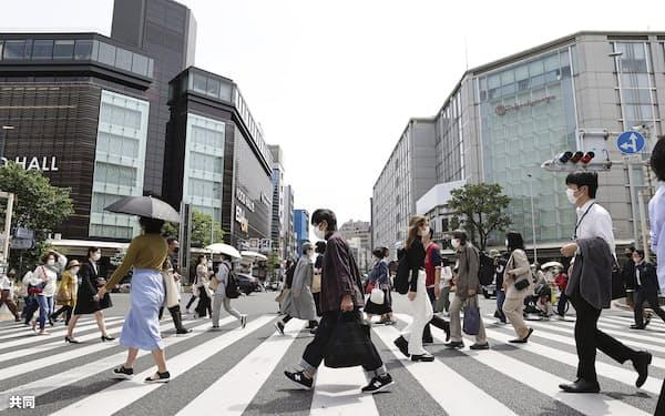 京都・四条河原町の横断歩道を歩くマスク姿の人たち(4月)=共同