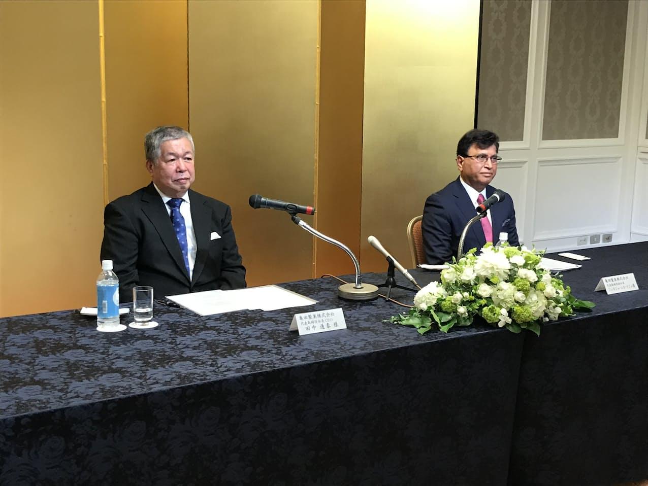 会見する亀田製菓の田中通泰会長(左)とジュネジャ副社長(8日、新潟市)
