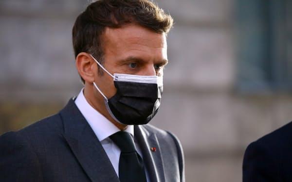 EU首脳会議に臨むマクロン仏大統領(7日、ポルト)=ロイター