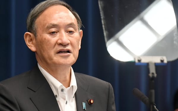 緊急事態宣言を5月末まで延長し、4都府県に愛知、福岡両県を追加することを決め、記者会見する菅首相(7日午後、首相官邸)