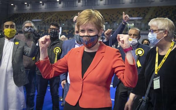 英スコットランド民族党のスタージョン党首はジョンソン政権に住民投票実施に向けた圧力を強める(写真は7日、グラスゴーにて)=AP