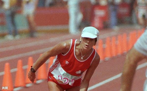ロサンゼルス五輪陸上女子マラソンでよろけながらゴールするガブリエラ・アンデルセン(1984年8月5日)=共同