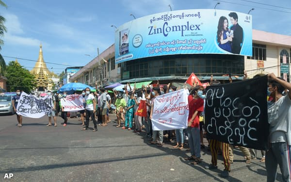 当局の弾圧への反発の動きは続いている(9日、ヤンゴン市内で開かれたクーデターに抗議する集会)=AP