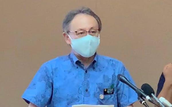 記者会見する沖縄県の玉城知事(9日、県庁)