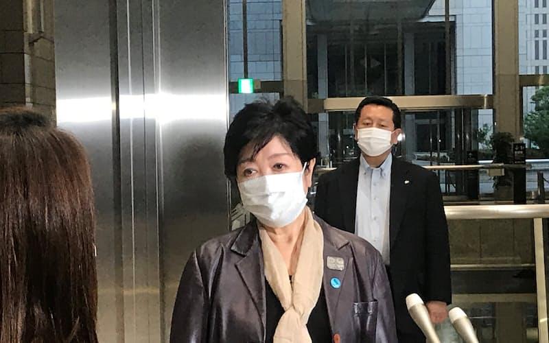 記者団の取材に応じる東京都の小池知事(9日、都庁)