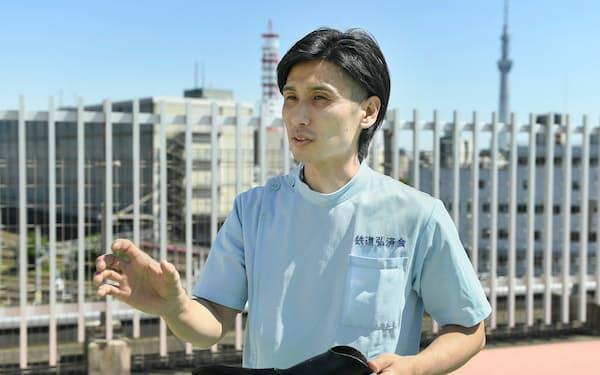 鉄道弘済会の義肢装具サポートセンターの藤田さんは、義手を「よりいい結果、本来の力を出すための道具だ」と話す(東京都荒川区)