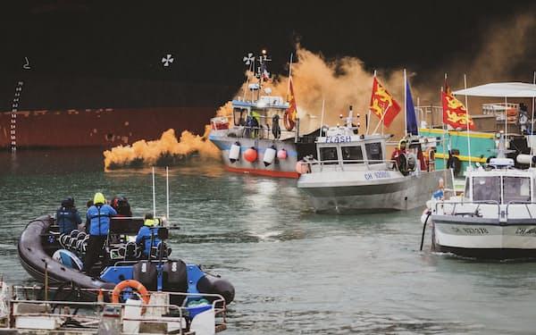 ジャージー島沖には50を超えるフランス漁船が抗議のために集まった(6日)=AP