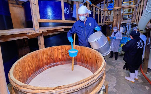 江戸時代の醸造法を想定し、木おけで酒米を発酵させた(岩手県二戸市)