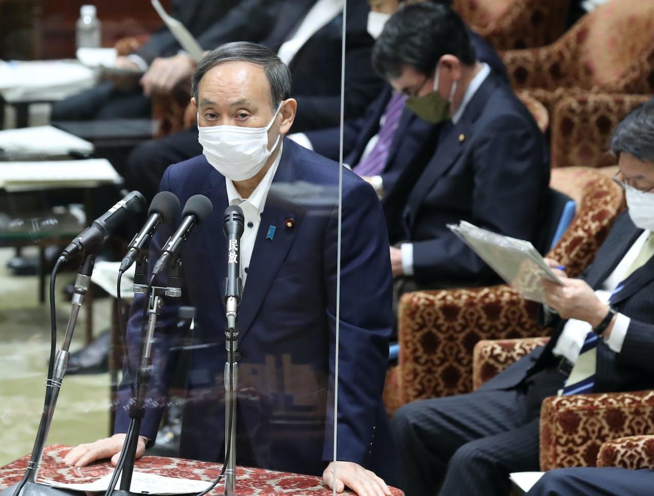 衆院予算委で答弁する菅首相(10日午前)