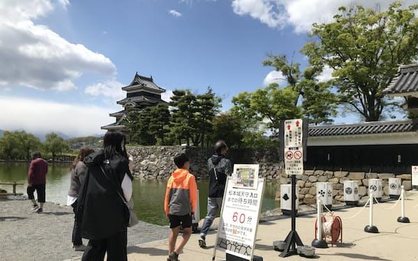 松本城(長野県松本市)は入場待ちが出る日もあった(3日)