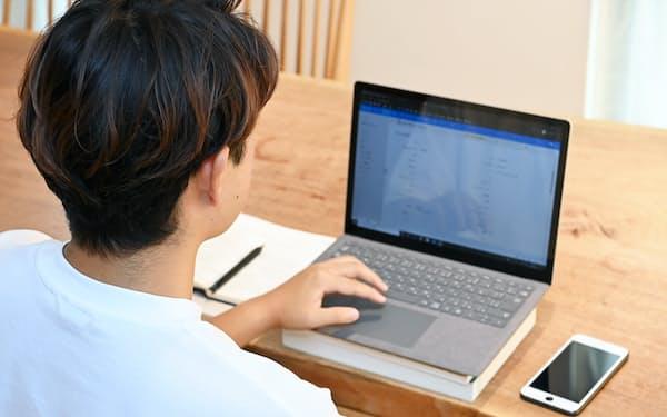在宅勤務でも業界に合った服装などのマナーが必要に(在宅勤務のイメージ)