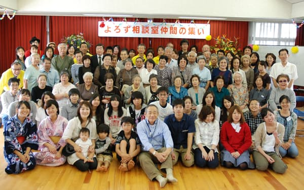 よろず相談室仲間の集いに集まった震災障害者と家族(前列中央が牧秀一さん)