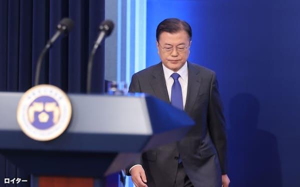 10日、演説を終え記者との質疑に臨む文大統領=聯合・ロイター