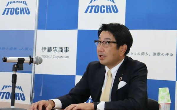石井氏は「株価と時価総額、純利益で業界首位となる三冠を達成した」と述べた(10日、都内)