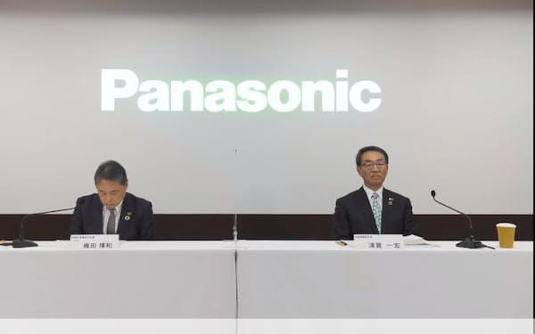決算説明会に出席する津賀一宏社長(右)と梅田博和最高財務責任者(左)