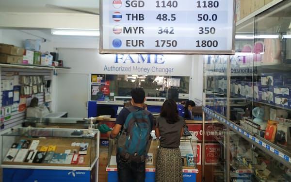 ミャンマーの通貨「チャット」の下落が続いている(10日、ヤンゴンの両替商)