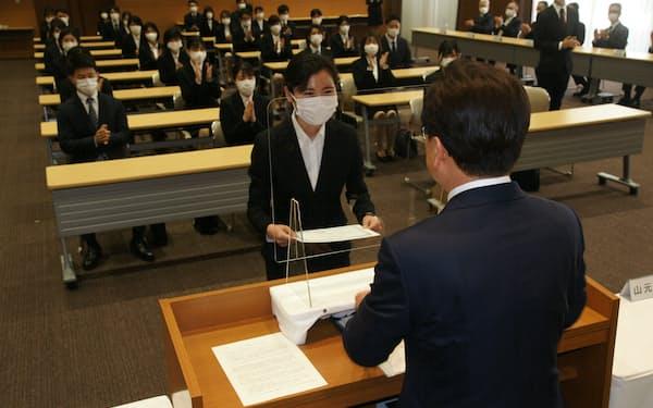新型コロナウイルス対策を徹底して4月1日に開催した四国銀行の入行式(高知市の本店)