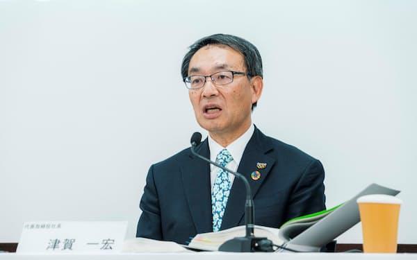 オンラインで決算記者会見に臨む津賀社長(10日)