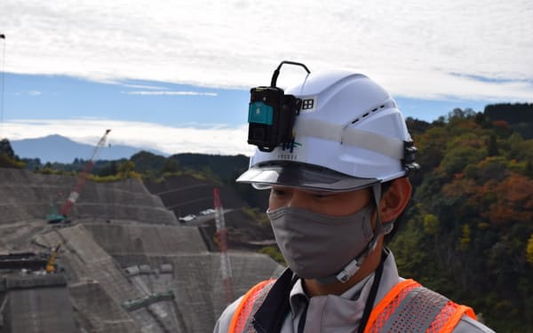 社員のヘルメットにカメラを付けて遠隔管理に使っている