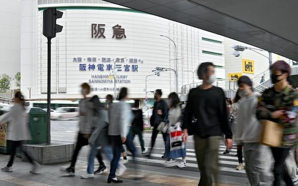 神戸阪急は12日から平日は午後7時まで営業する=10日午後、神戸市中央区