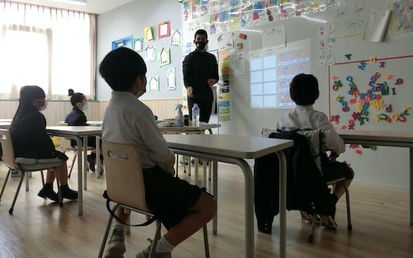 高い水準で2言語教育を提供する点をアピールする(4月に開校したAIC国際学院広島 初等部)