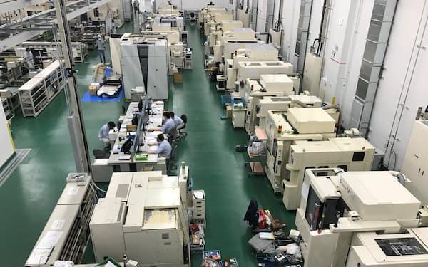 キヤノンモールドの新工場には広々としたスペースに工作機械などが並ぶ(10日、笠間市)