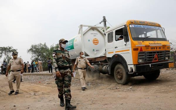 インドではコロナ対応で酸素も不足気味(5月10日、ニューデリーで液体酸素を運ぶ車両)=ロイター