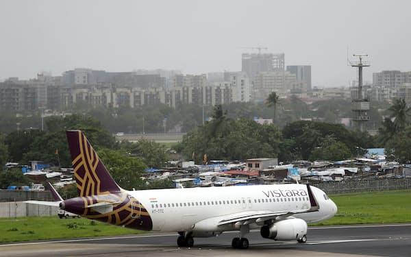 ビスタラはインド最大財閥タタ・グループとシンガポール航空の合弁だ(2018年、ムンバイ)=ロイター