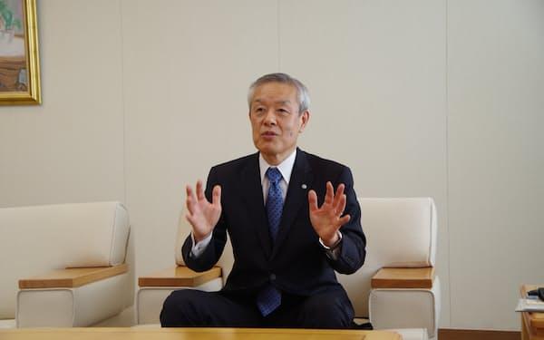 インタビューに答える増子会長(仙台市)