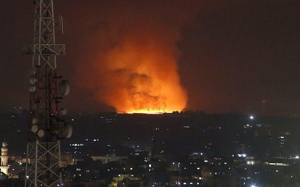 イスラエル軍の報復攻撃で炎上するパレスチナ自治区ガザ(10日)=AP