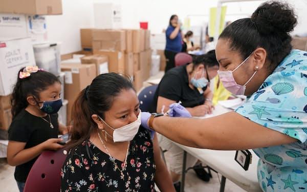 米国では新型コロナウイルスの感染者数の減少が続いている=AP
