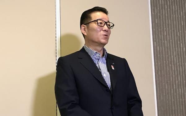 記者団の取材に応じる松井一郎大阪市長(11日、大阪市役所)