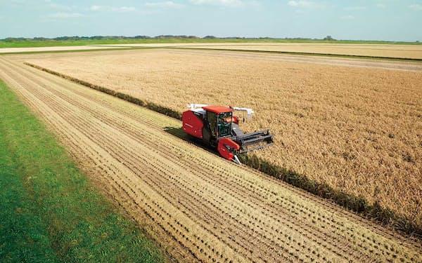 自動運転コンバインを使った収穫の様子。自動運転農機などのIT活用で、これまでより広大な農地を少人数で効率良く耕作できる(写真提供:クボタ)