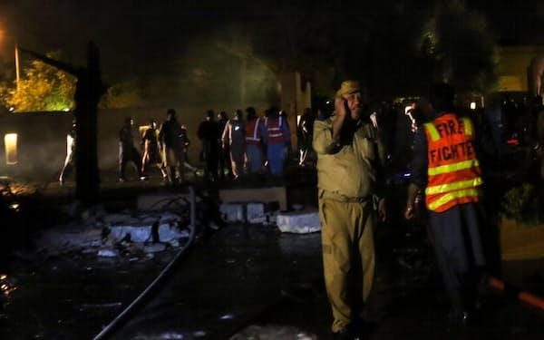 クエッタで、爆弾で破壊された高級ホテルに駆けつけた救助隊員ら(4月21日)=ロイター