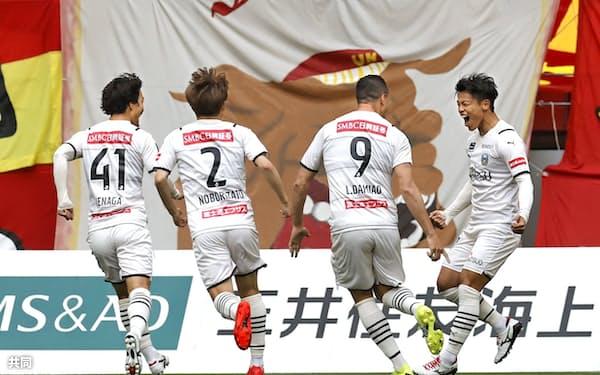 4月29日の名古屋戦の前半、先制ゴールを決めて喜ぶ川崎・旗手(右端)。今季の川崎は半数超の得点を前半に挙げている=共同