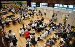 神戸市兵庫区役所に設置された新型コロナウイルスワクチンの集団接種会場(10日午後)