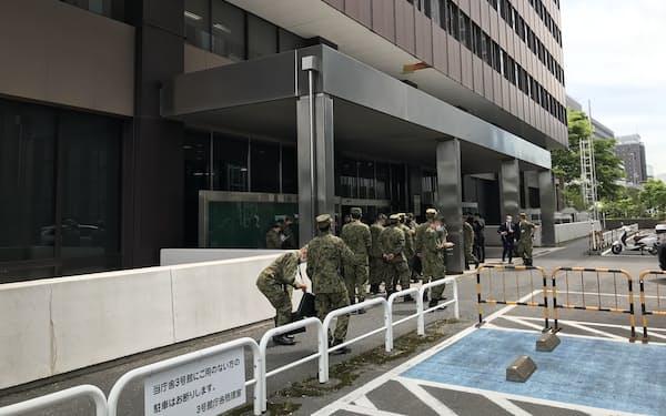 自衛隊による大規模接種センターの設営が進む「大手町合同庁舎3号館」(4月28日、東京都千代田区)