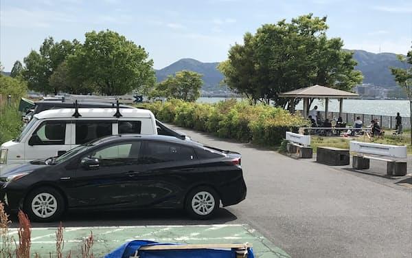 琵琶湖岸の公園は普段、バーベキューなどでにぎわう(駐車場閉鎖前の4月27日、滋賀県草津市)